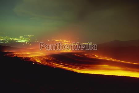 lava fliessen aus dem monti calcarazzi