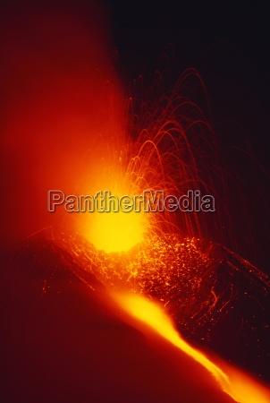 eruption und lavastrom aus dem monti