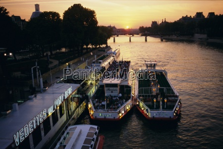 pont neuf and tour boats on