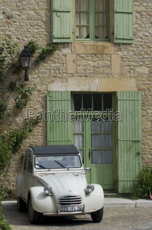an old deux chevaux car parked