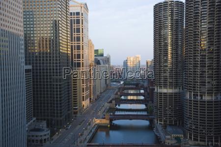 wolkenkratzer entlang der chicago river und
