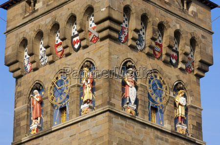 eine detaillierte ansicht des clock tower