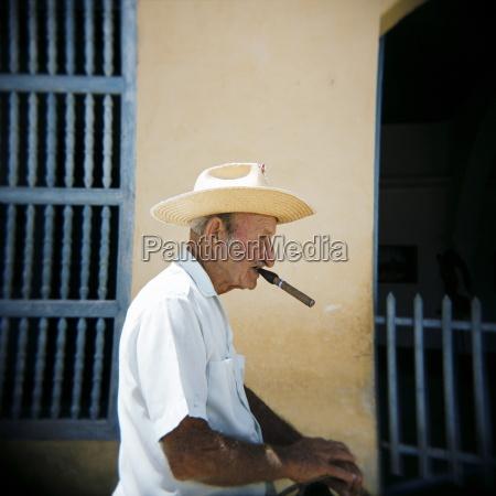 cigarro perfil personas gente hombre paseo