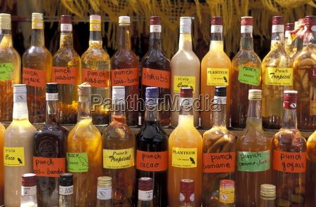 flaschen lokaler rumgetraenke im dorf le