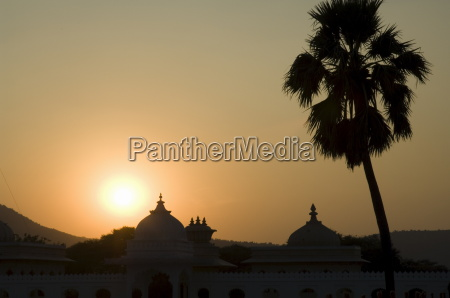 jag mandir palace bei sonnenuntergang udaipur