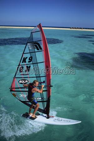 britischer windsurfmeister guy cribb in ruhigem