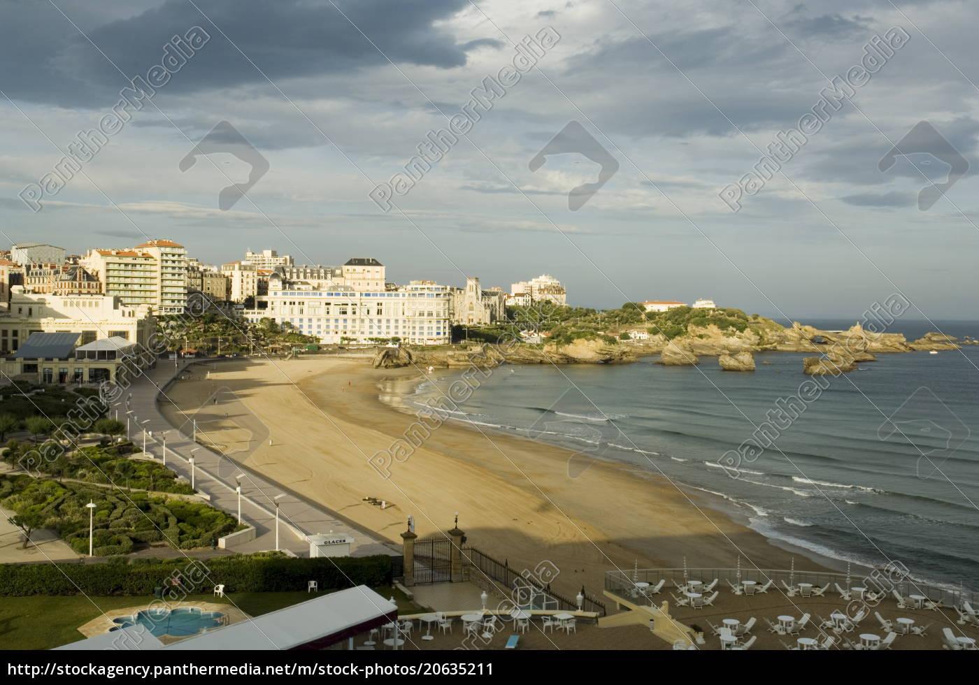 der, strand, mit, kongresszentrum, im, hintergrund, biarritz, baskenland, pyrenäen-atlantiques, aquitanien, frankreich, europa - 20635211