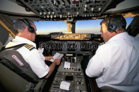 piloten auf flugdeck von jumbo boeing