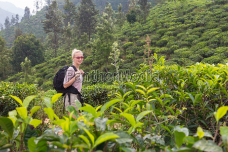 weibliche touristen geniessen schoene natur von