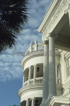 detail des portikus und ionischen saeulen