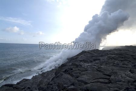 dampfschwaden aus heissen lava auf strand