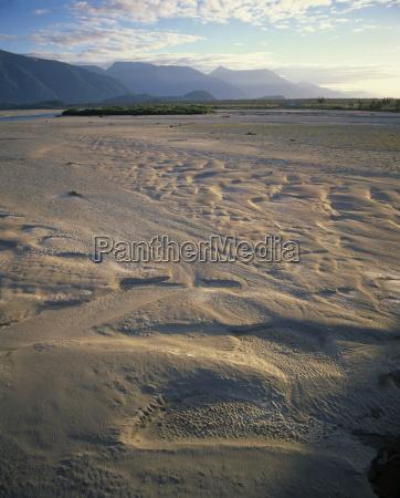 sandtiefungen in der UEberschwemmungsflaeche des haast