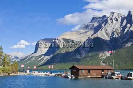 marina und bootshaus am see minnewanka