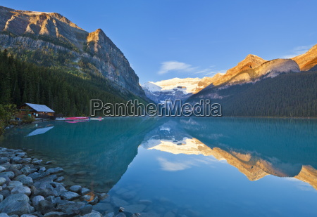 fruehmorgens suise lake louise banff nationalpark
