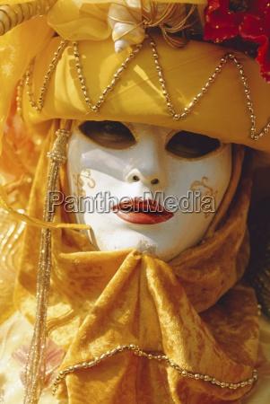 person mit maskierten karnevalskostuemen karneval in