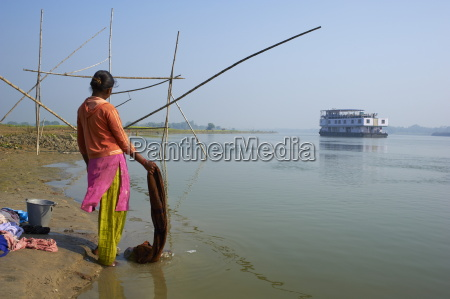 woman with laundry and sukapha boat
