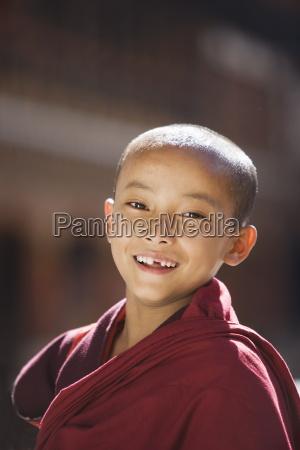 junger buddhistischer moench paro dzong paro