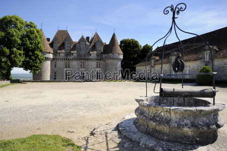 old well at chateau de monbazillac