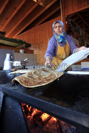 a local woman making gozleme a