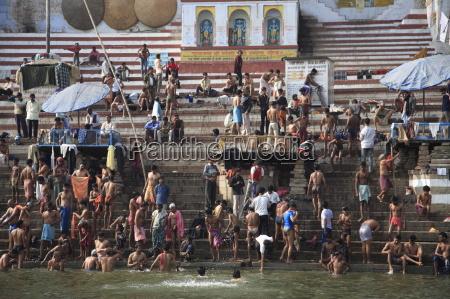 hinduistische pilger nehmen am rituellen baden