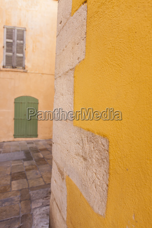 yellow wall and green door st