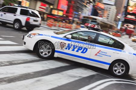 polizeiauto in times square midtown manhattan