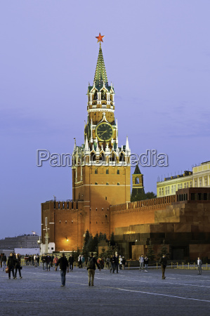 the kremlin clocktower in red square