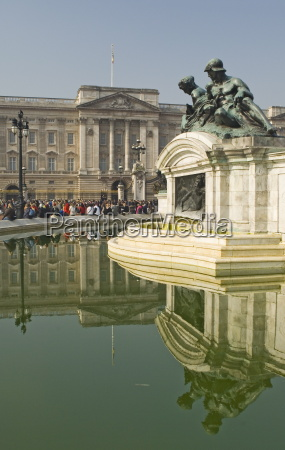 reflections buckingham palace queen victoria monument