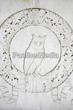 owl sculpture at pere lachaise cemetery