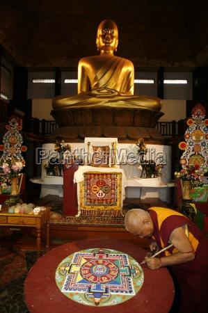 buddhist monk drawing a mandala paris