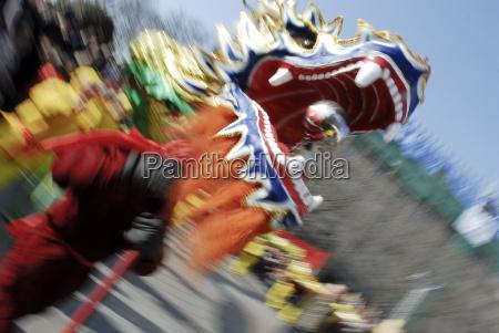 drachentanz waehrend des chinesischen neujahrs paris