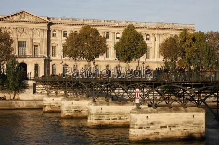 passerelle des arts bridge over the