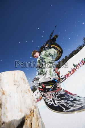 ein snowboarder der an telus half