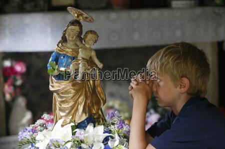 das gebet in der kathedrale notre