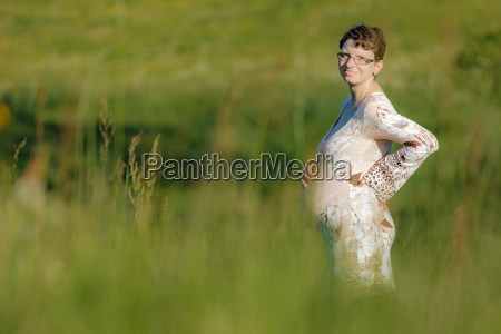 schwangere frau in sommerlicher wiese