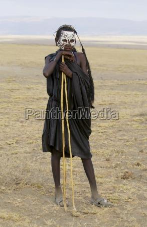 der junge masai traegt vor kurzem