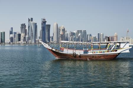 downtown doha mit seiner beeindruckenden skyline
