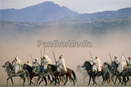 marokkanische reiter reiten in einer reiter