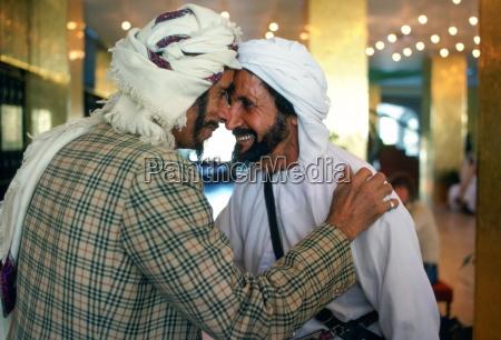 zwei maenner die arabische kopfschmuck tragen