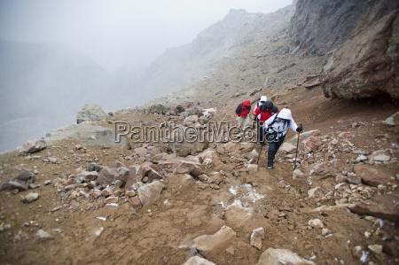 bergsteiger besteigen cayambe vulkan ecuador suedamerika