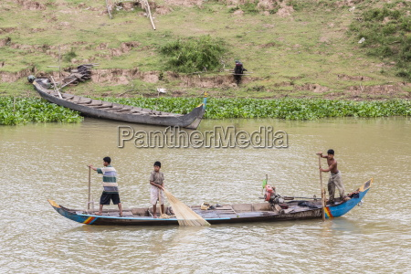 fishermen on the tonle sap river