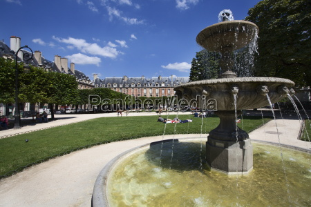 fountain in place des vosges in
