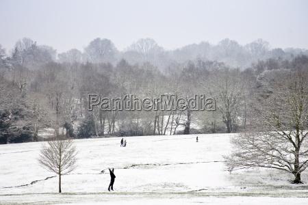 mann uebungen in schneebedeckten hampstead heathnorth