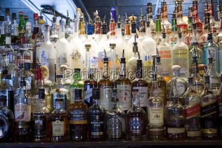 whisky und spirit flaschen aufgereiht entlang