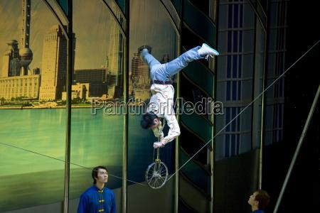 shanghai acrobatic group fuehren einen spagat
