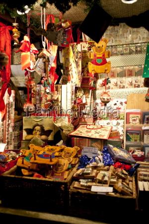 weihnachtsschmuck und packpapier am traditionellen stall