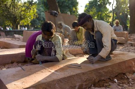 canteros utilizando habilidades manuales tradicionales en