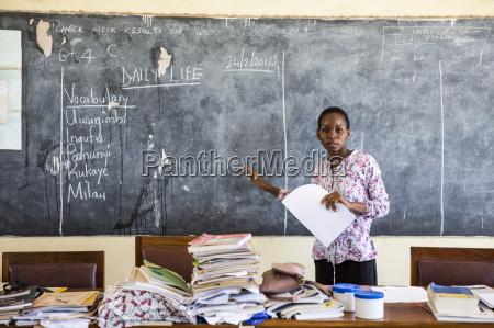die lokale lehrerin rebecca ngovano waehrend