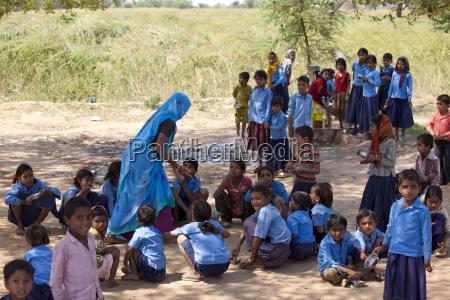 indische schuelerinnen und schueler besuchen die