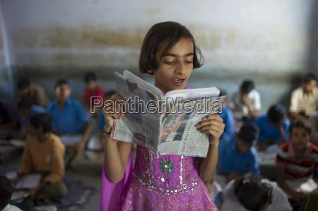 indische maedchen liest laut waehrend der